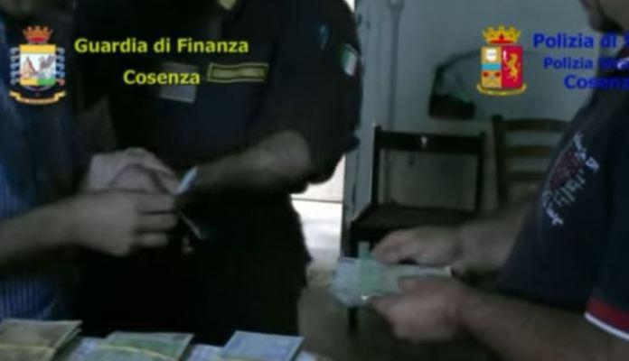 Un frame del video dei finanzieri di Cosenza operazione Factotum