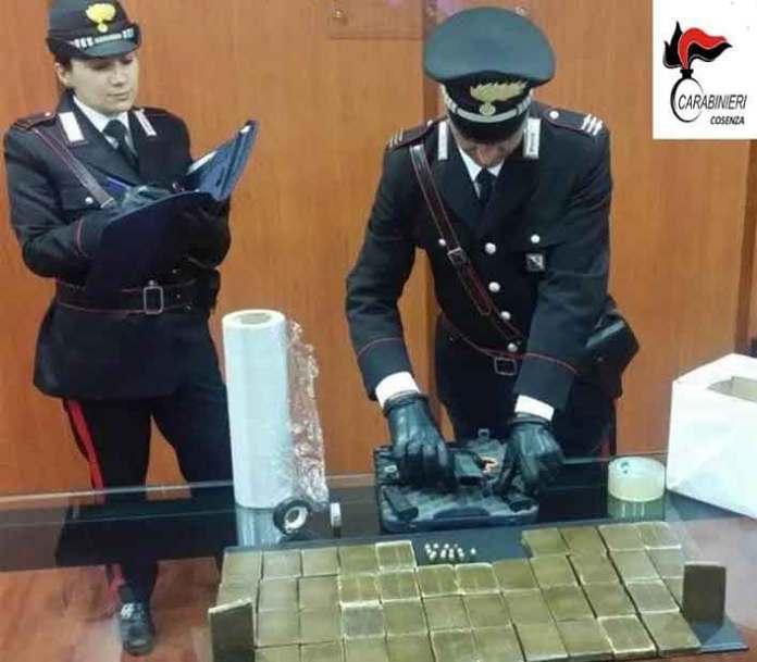 I militari di Cosenza con la droga e l'arma sequestrati al pensionato