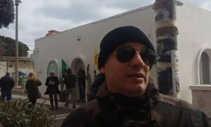 Igor Colombo (Azione Identitaria Calabria) durante il banchetto contro il Ceta