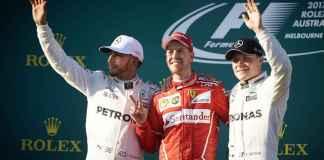 Sebastian Vettel sul podio insieme ad Hamilton e Bottas, entrambi Mercedes