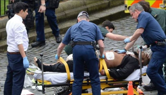 L'attentatore di Londra Khalid Masood, in barella