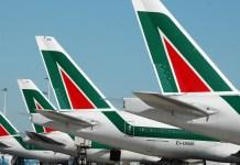 Aerei Alitalia all'aeroporto di Fiumicino in una immagine d'archivio.