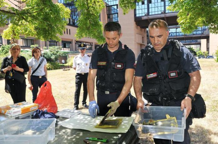 Artificieri dell'Arma eseguono i rilievi sulle buste con polvere sospetta recapitate ai magistrati di Torino