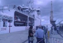 La nave Diciotti della Guardia costiera è arrivata nel porto di Reggio Calabria con 413 migranti a bordo