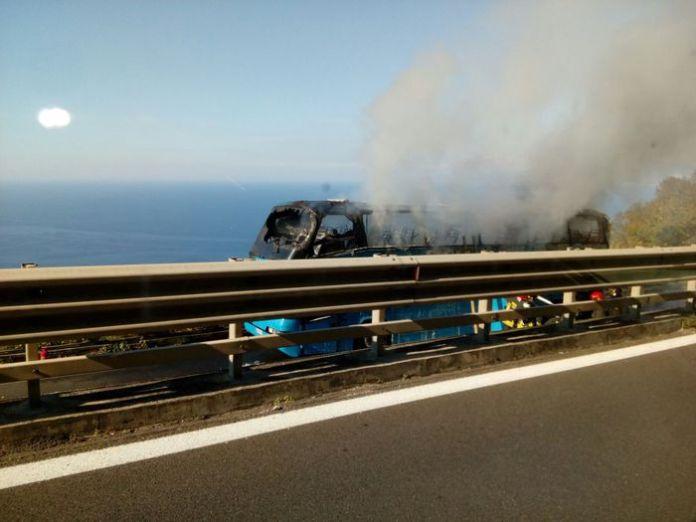 Paura per un bus di universitari andato a fuoco sull'A2. Nessun ferito