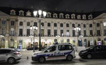 La Polizia francese davanti all'Hotel Ritz di Parigi