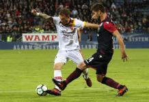 Marco Capuano a destra con la maglia rossoblu in Cagliari-Benevento