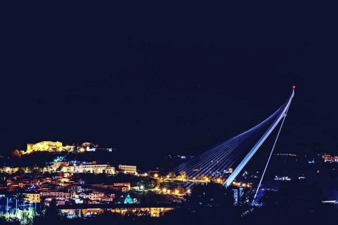 L'antenna del Ponte di Calatrava vista di notte