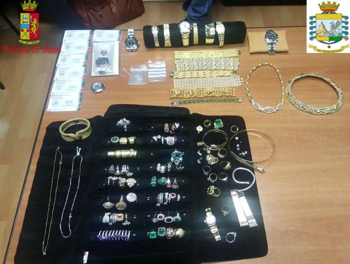 I gioielli sequestrati presso lo scalo di Reggio Calabria