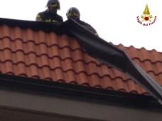 maltempo vigili del fuoco su tetto