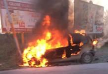 incendio auto in fiamme