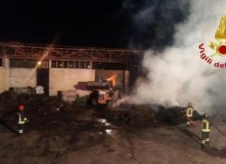Vigili del fuoco spengono le fiamme ad isola ecologica a Capo Rizzuto
