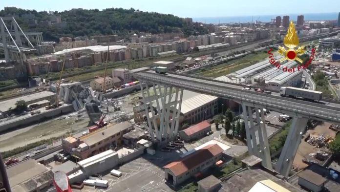 Il ponte Morandi crollato visto dall'elicottero