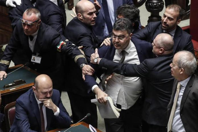 RISSA ALLA CAMERA Emanuele Fiano (Pd) trattenuto  nell'Aula della Camera