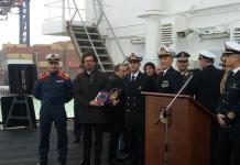 Il ministro delle Infrastrutture e dei trasporti Danilo Toninelli a bordo della nave Diciotti a Gioia Tauro.