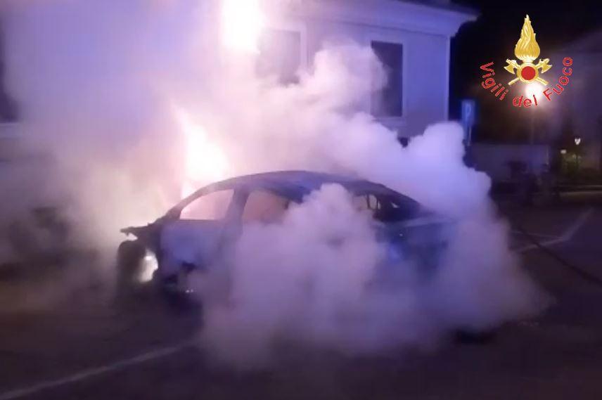 In fiamme auto di una psicologa dell'Asp di Cosenza, indagini