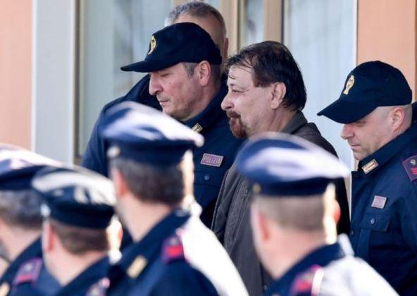Cesare Battisti circondato dalla polizia