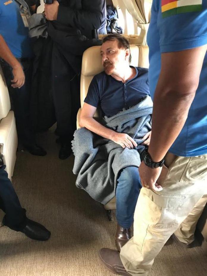 Cesare Battisti a bordo dell'aereo diretto dalla Bolivia all'Italia