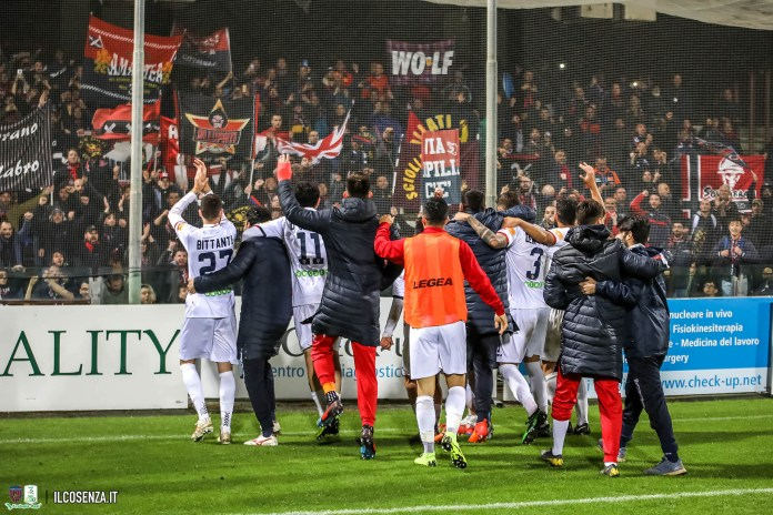 I calciatori del Cosenza esultano a fine gara
