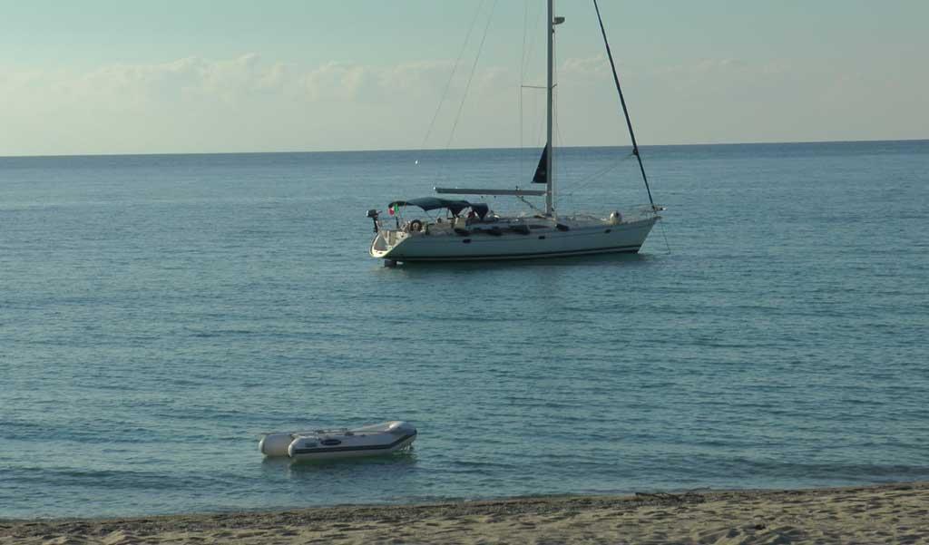 Crotone, intercettato veliero con 28 migranti. Arrestati due scafisti