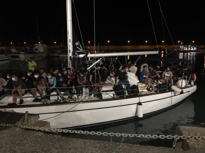 Continuano gli sbarchi in Calabria, 65 migranti in porto a Crotone