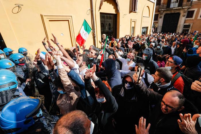 Protesta dei ristoratori a Roma, in migliaia in piazza. Tafferugli con la Polizia