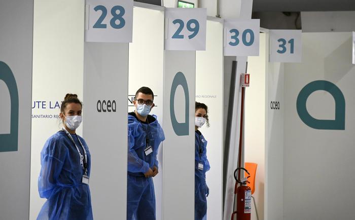 Dall'Aifa arriva il via libera al mix di vaccini per under-60. Ma è caos tra regioni