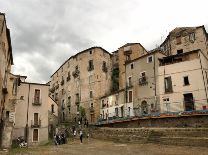 Crolli nel centro storico di Cosenza, i cittadini protestano