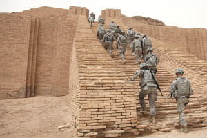 US_Soldiers_climbing_the_Ziggurat_of_Ur