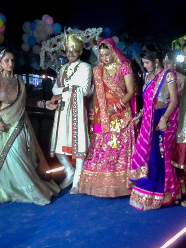 Жених встретился с невестой и они идут к шатру