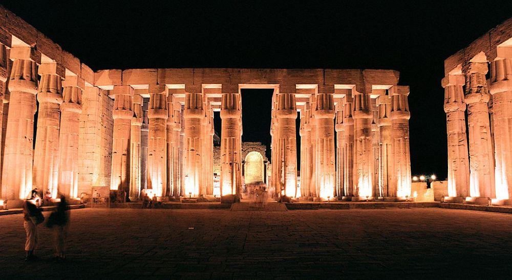 Колонны храма в тёмное время суток