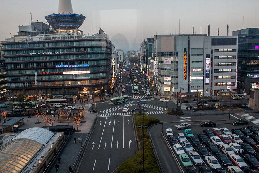 Вид на площадь перед вокзалом в Киото