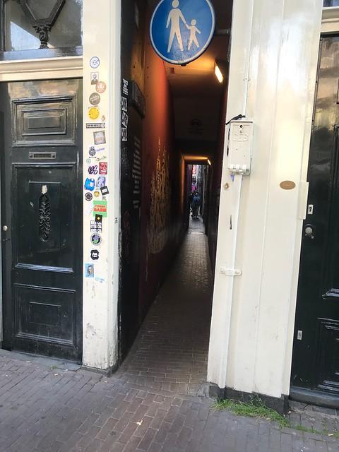 Самая узкая улочка Амстердама