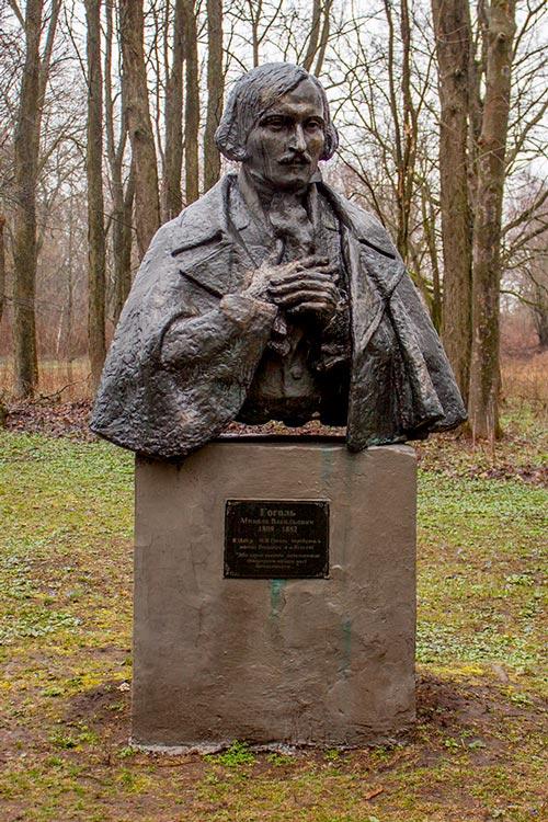 Памятник Гоголю в Яготине