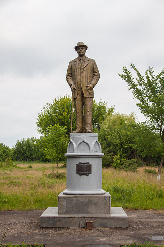 Памятник меценату Виктору Федоровичу Голубеву
