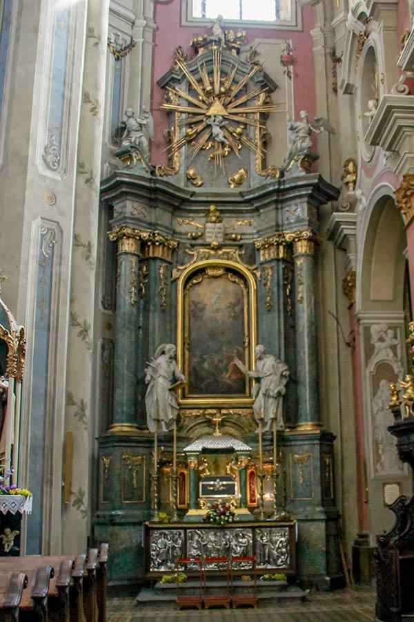 Алтарь Преображения Господня со скульптурами Св.Петра и Якова