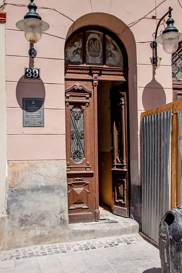 Двери отеля 39