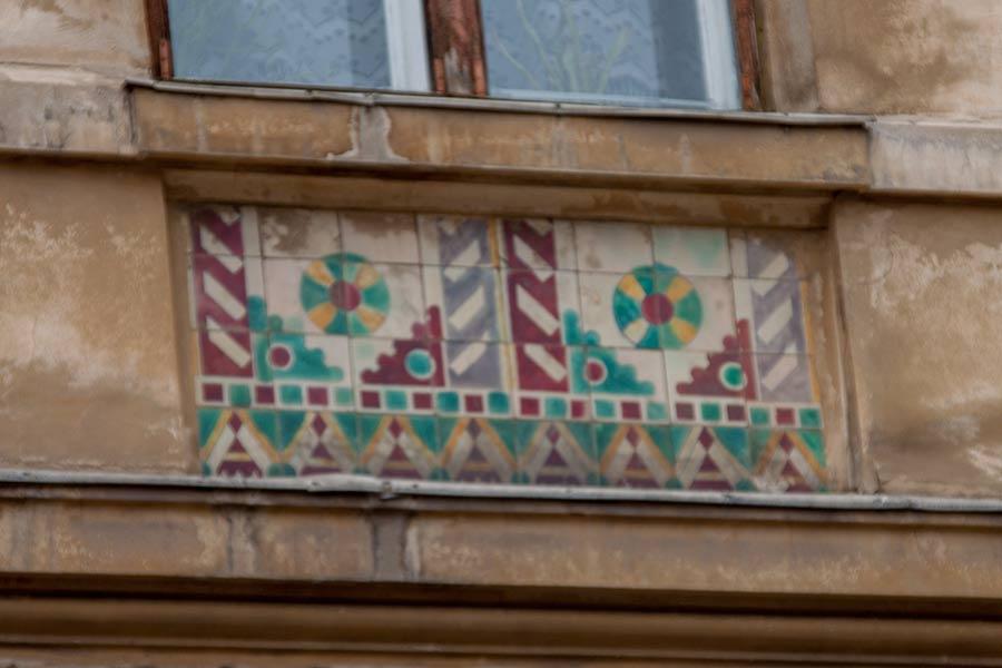 Плитка на здании Братьев Рогатинцев, 39
