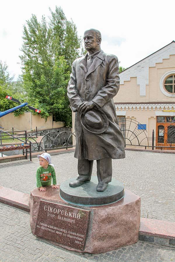 памятник Игорю Ивановичу Сикорскому