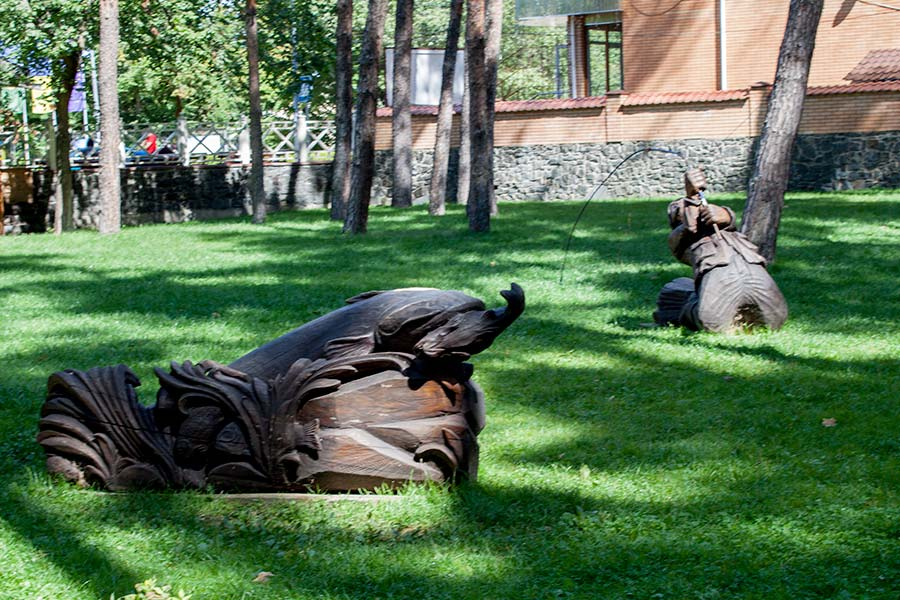Скульптуры в Покровском парке в Ирпене