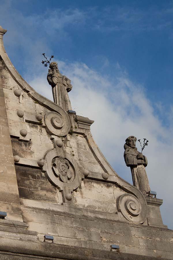 Скульптуры на фасаде церкви Святого Андрея