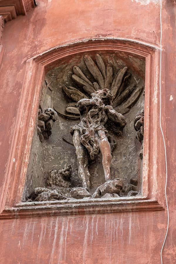 скульптура в нише одного из домов на Краковской