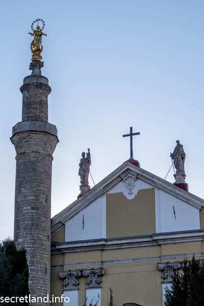 Минарет и статуя Мадонны