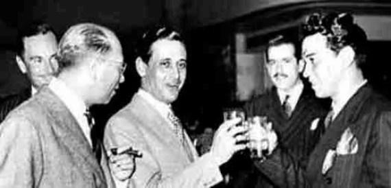 Miguel de Molina brinda con Cantinflas, en pleno postureo