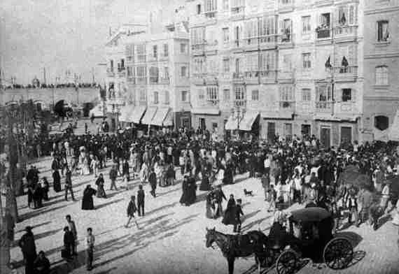 La plaza de Isabel II desde el Ayuntamiento de Cádiz a finales del siglo XIX