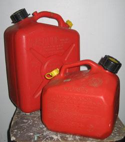 Bidons d'essence à des fins domestiques.