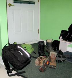 Entrée de maison encombrée par des objets.