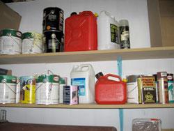 Entreposage sécuritaire de produits domestiques dangereux.