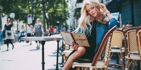 aborder une fille dans une terrasse de café