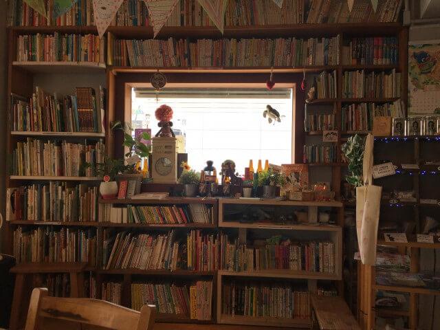 絵本カフェholoholo 窓を囲む本棚